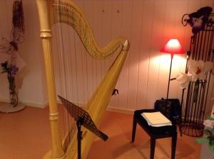 Mijn harp voor het concert in Laren, vol bloemen als versiering er om heen.